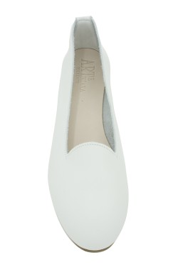 Entirely handmade white ballerina flat with laces for children